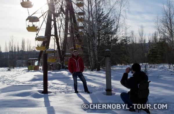 Группа туристов у колеса обозрения в Припяти